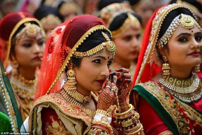 Ông trùm kim cương Ấn Độ chi tiền tổ chức đám cưới cho hàng trăm cô dâu mồ côi cha - Ảnh 5