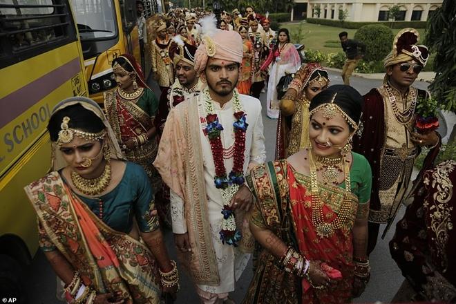 Ông trùm kim cương Ấn Độ chi tiền tổ chức đám cưới cho hàng trăm cô dâu mồ côi cha - Ảnh 7