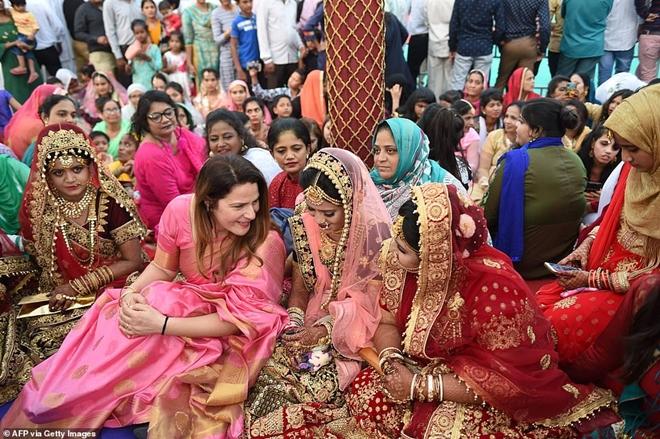 Ông trùm kim cương Ấn Độ chi tiền tổ chức đám cưới cho hàng trăm cô dâu mồ côi cha - Ảnh 8