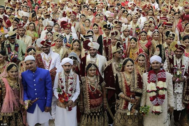 Ông trùm kim cương Ấn Độ chi tiền tổ chức đám cưới cho hàng trăm cô dâu mồ côi cha - Ảnh 9