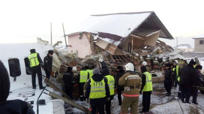 Máy bay chở 100 người lao vào tòa nhà hai tầng, ít nhất 14 người thiệt mạng - Ảnh 3