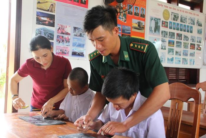Lớp học tình thương tại Đồn Biên phòng Bình Minh: Nơi chắp cánh cho các trẻ em khuyết tật - Ảnh 1