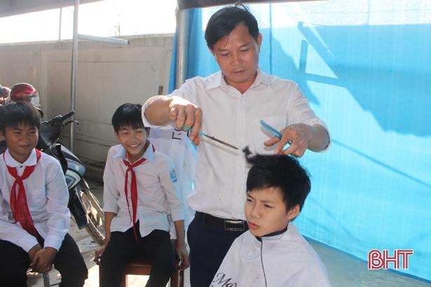 """Ghé thăm tiệm cắt tóc """"không đồng"""" dành cho học sinh tại Hà Tĩnh - Ảnh 1"""