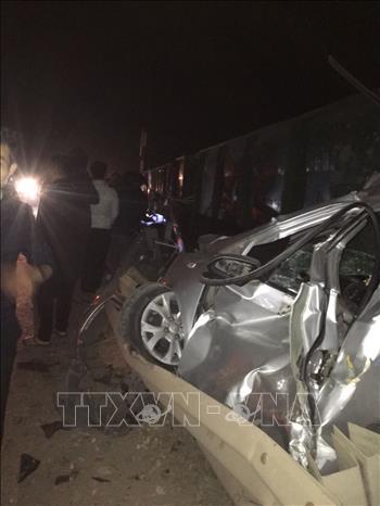 Tin tai nạn giao thông mới nhất hôm nay 30/12/2019: Kinh hoàng tàu hỏa tông taxi, tài xế tử vong tại chỗ - Ảnh 1
