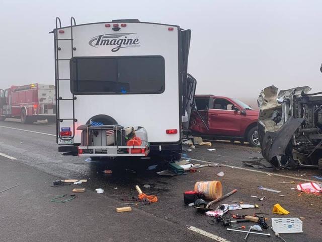 Video: Lạnh người khoảnh khắc xe tải mất lái, lật nhào, gây tai nạn kinh hoàng  - Ảnh 2