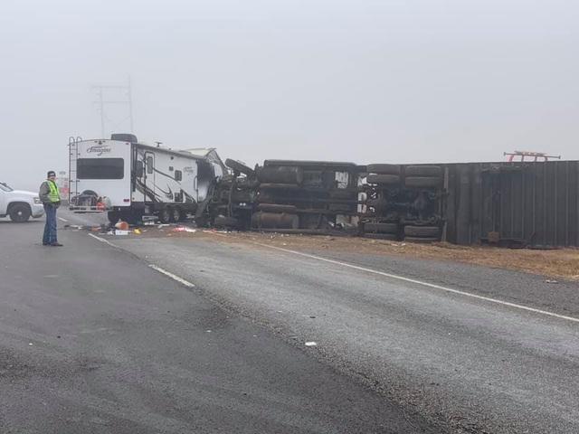 Video: Lạnh người khoảnh khắc xe tải mất lái, lật nhào, gây tai nạn kinh hoàng  - Ảnh 3