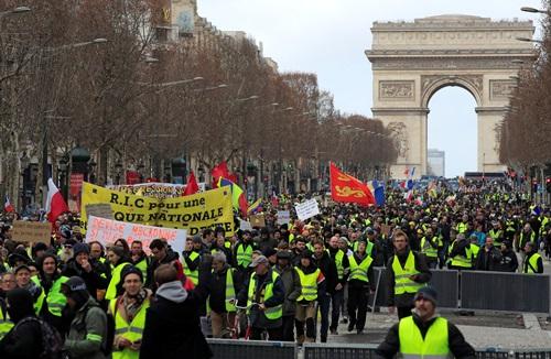 Paris: Biểu tình biến thành bạo động, phe 'Áo vàng' tấn công nhà chủ tịch Hạ viện - Ảnh 2