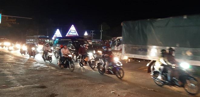 Tránh tắc đường sau Tết, người dân chọn chạy xe suốt đêm để về TP Hồ Chí Minh  - Ảnh 1