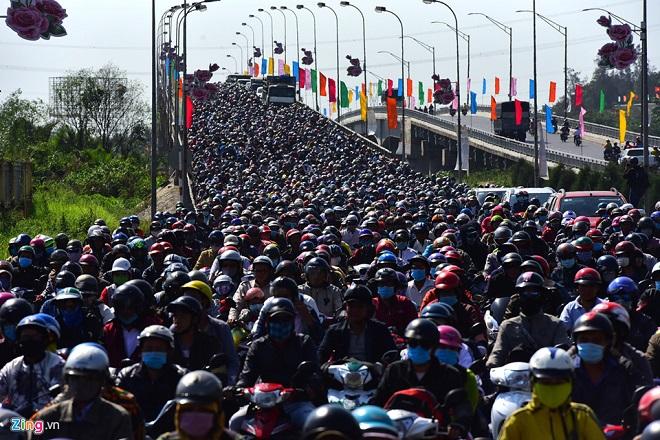 Tránh tắc đường sau Tết, người dân chọn chạy xe suốt đêm để về TP Hồ Chí Minh  - Ảnh 4