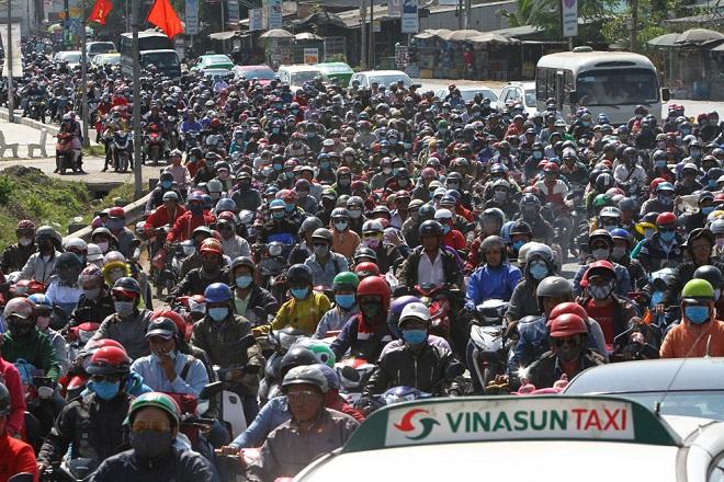 Tránh tắc đường sau Tết, người dân chọn chạy xe suốt đêm để về TP Hồ Chí Minh  - Ảnh 5