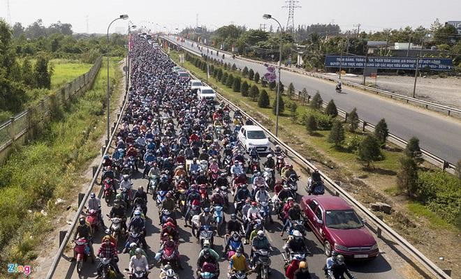 Tránh tắc đường sau Tết, người dân chọn chạy xe suốt đêm để về TP Hồ Chí Minh  - Ảnh 6