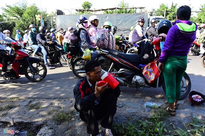 Tránh tắc đường sau Tết, người dân chọn chạy xe suốt đêm để về TP Hồ Chí Minh  - Ảnh 9