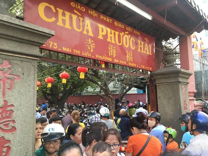 Người dân đổ xô đi cúng vía Thần Tài tại ngôi chùa cựu Tổng thống Obama từng ghé thăm - Ảnh 1