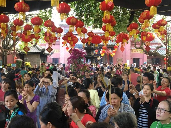 Người dân đổ xô đi cúng vía Thần Tài tại ngôi chùa cựu Tổng thống Obama từng ghé thăm - Ảnh 3