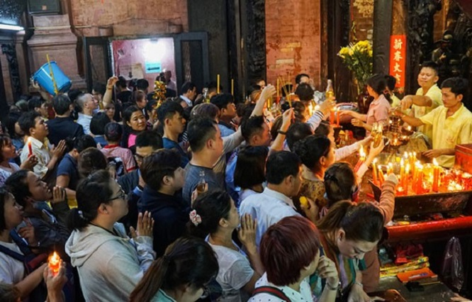 Người dân đổ xô đi cúng vía Thần Tài tại ngôi chùa cựu Tổng thống Obama từng ghé thăm - Ảnh 4