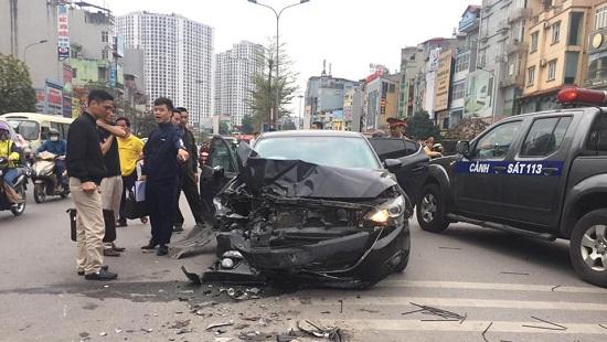Hà Nội: Xe Mazda gây tai nạn liên hoàn, 3 người bị thương  - Ảnh 1