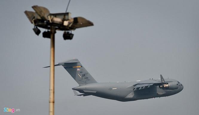 Gấp rút chuẩn bị Hội nghị thượng đỉnh, 'ngựa thồ' C-17 tiếp tục hạ cánh tại sân bay Nội Bài  - Ảnh 1