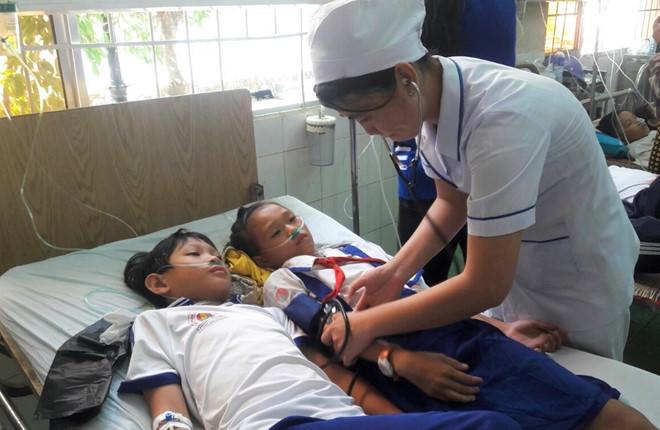 Vụ 84 học sinh nhập viện sau khi súc miệng bằng Fluor: Kỷ luật 2 cán bộ Y tế - Ảnh 1