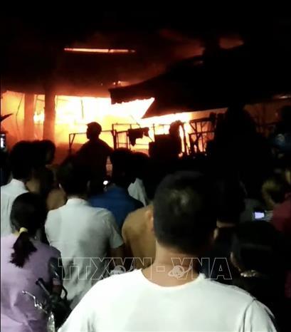 Sau tiếng nổ lớn, 3 ki-ốt bị thiêu rụi trong đêm tại Bình Dương - Ảnh 1