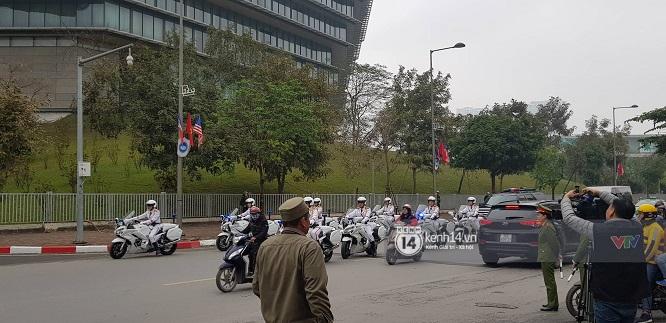 """Đoàn xe """"Quái thú"""" hộ tống Tổng thống Mỹ Donald Trump tới Phủ Chủ tịch - Ảnh 6"""