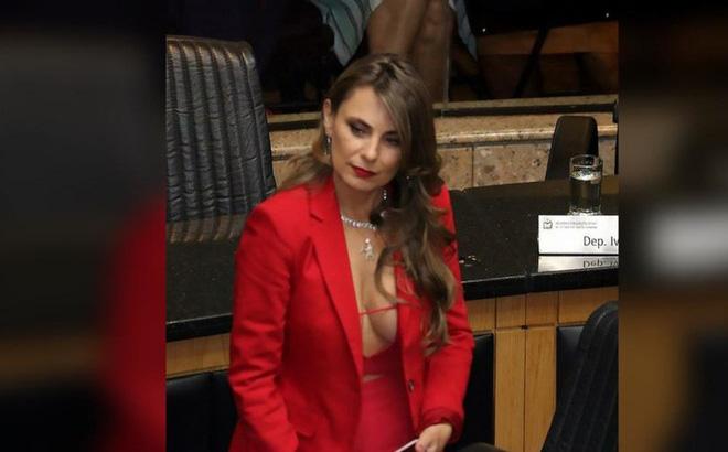 """Nữ nghị sĩ """"thiêu đốt"""" quốc hội Brazil bằng trang phục màu đỏ nóng bỏng - Ảnh 1"""