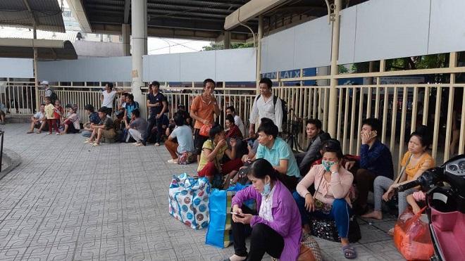 Sau nghỉ Tết, người dân ùn ùn đổ về Hà Nội, các cửa ngõ Thủ đô   kẹt cứng - Ảnh 2