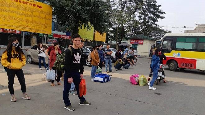 Sau nghỉ Tết, người dân ùn ùn đổ về Hà Nội, các cửa ngõ Thủ đô   kẹt cứng - Ảnh 4
