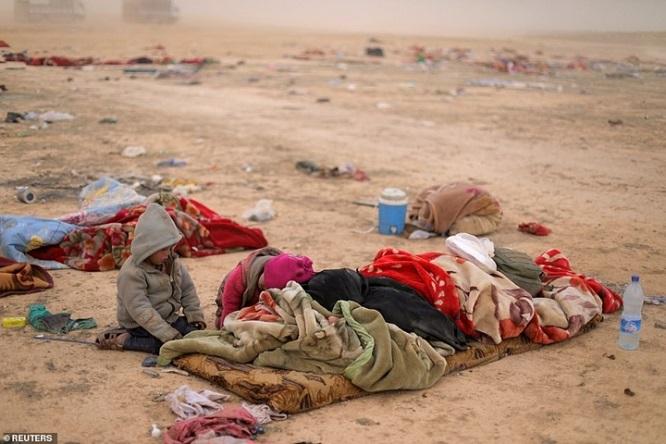 Syria tấn công thành trì cuối cùng của IS, hàng nghìn người tháo chạy - Ảnh 2