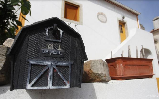 Dân làng Tây Ban Nha ngỡ ngàng khi mỗi sáng mở cửa thấy tiền để trước nhà - Ảnh 1