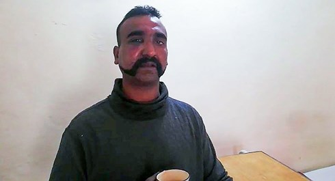 Ấn Độ cáo buộc Paskitan dàn dựng video bắt sống phi công, ép cung vì mục đích chính trị - Ảnh 1