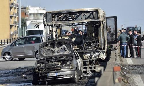 Bất mãn với chính phủ, nam tài xế bắt cóc 51 học sinh, đốt cháy rụi xe buýt - Ảnh 1
