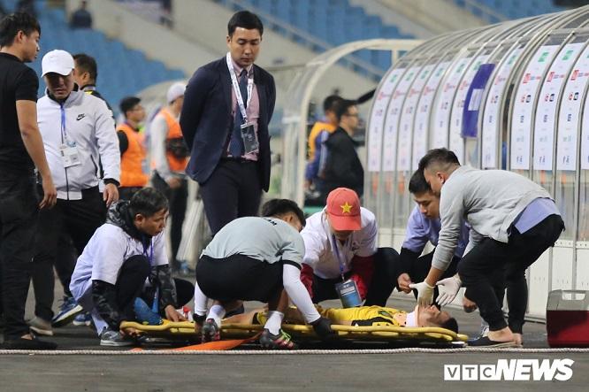 Video: Pha va chạm kinh hoàng với hậu vệ U23 Thái Lan khiến cầu thủ U23 Brunei gãy cổ - Ảnh 1