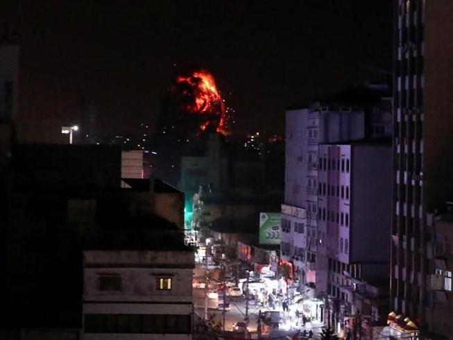 Israel không kích dữ dội tại phía tây Dải Gaza, trả đũa vụ phóng rocket khiến nhiều người bị thương - Ảnh 1