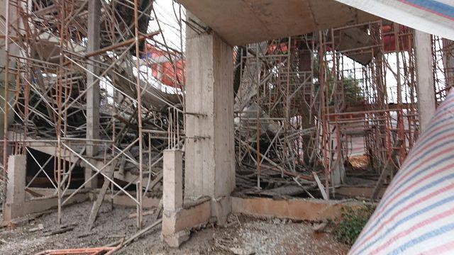 Sập giàn giáo công trình đang thi công, 8 người bị thương phải nhập viện - Ảnh 1