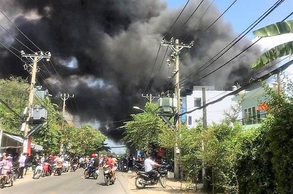 Hiện trường tan hoang vụ cháy garage ô tô thiệt hại hàng tỷ đồng ở TP. Hồ Chí Minh - Ảnh 2