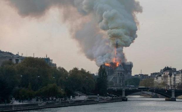 Hiện trường vụ cháy Nhà thờ Đức Bà Paris: Lửa bùng lên dữ dội, đỉnh tháp 850 năm tuổi sụp đổ - Ảnh 1