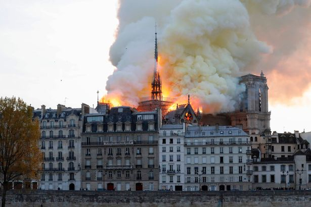 Hiện trường vụ cháy Nhà thờ Đức Bà Paris: Lửa bùng lên dữ dội, đỉnh tháp 850 năm tuổi sụp đổ - Ảnh 3