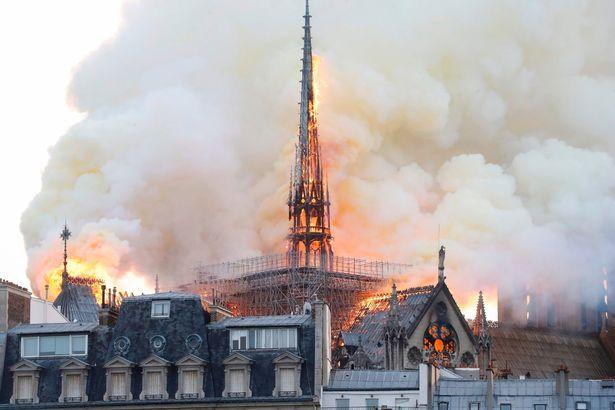 Hiện trường vụ cháy Nhà thờ Đức Bà Paris: Lửa bùng lên dữ dội, đỉnh tháp 850 năm tuổi sụp đổ - Ảnh 4