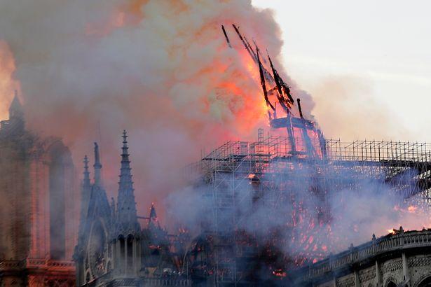 Hiện trường vụ cháy Nhà thờ Đức Bà Paris: Lửa bùng lên dữ dội, đỉnh tháp 850 năm tuổi sụp đổ - Ảnh 5
