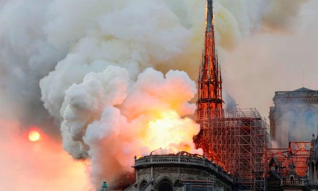 Hỏa hoạn kinh hoàng tại Nhà thờ Đức Bà Paris: Sập đỉnh tháp, toàn bộ mái bị thiêu rụi - Ảnh 1