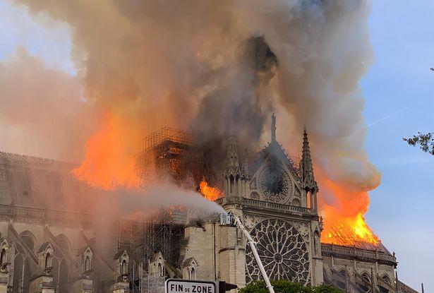 Hiện trường vụ cháy Nhà thờ Đức Bà Paris: Lửa bùng lên dữ dội, đỉnh tháp 850 năm tuổi sụp đổ - Ảnh 9