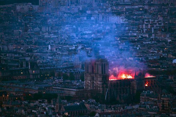 Hiện trường vụ cháy Nhà thờ Đức Bà Paris: Lửa bùng lên dữ dội, đỉnh tháp 850 năm tuổi sụp đổ - Ảnh 12