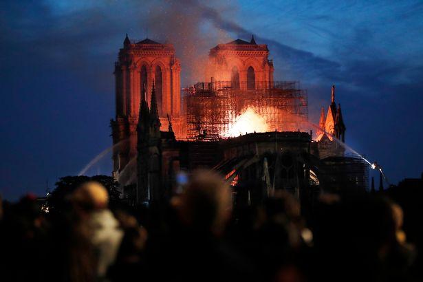 Hiện trường vụ cháy Nhà thờ Đức Bà Paris: Lửa bùng lên dữ dội, đỉnh tháp 850 năm tuổi sụp đổ - Ảnh 13