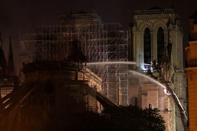 Vụ hỏa hoạn ở Nhà thờ Đức Bà Paris: Nhiều cổ vật quý được cứu, ngọn lửa đã được khống chế - Ảnh 2