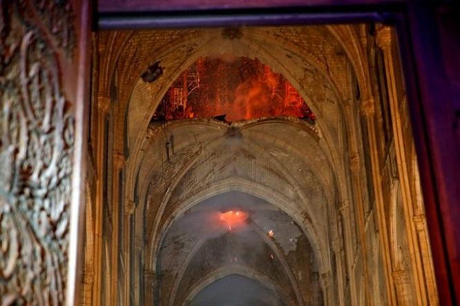 Những hình ảnh đầu tiên bên trong Nhà thờ Đức Bà Paris sau khi chìm trong biển lửa - Ảnh 2