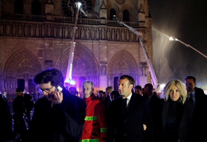 Cả thế giới bàng hoàng trước vụ cháy Nhà thờ Đức Bà Paris: Gần một nghìn năm lịch sử chìm trong lửa - Ảnh 2