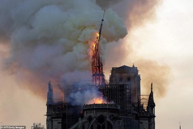 Cả thế giới bàng hoàng trước vụ cháy Nhà thờ Đức Bà Paris: Gần một nghìn năm lịch sử chìm trong lửa - Ảnh 4