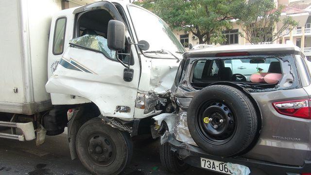 Xe tải tông thẳng vào đoàn xe dừng đèn đỏ, hất văng nhiều ô tô, xe máy - Ảnh 2