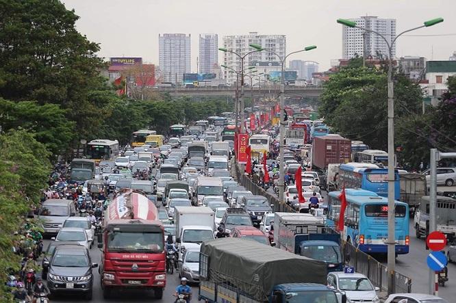 Đường phố Hà Nội kẹt cứng, bến xe đông nghẹt khách về nghỉ lễ 30/4 - 1/5 - Ảnh 1