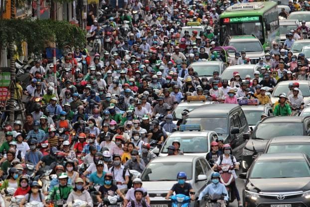 Đường phố Hà Nội kẹt cứng, bến xe đông nghẹt khách về nghỉ lễ 30/4 - 1/5 - Ảnh 3